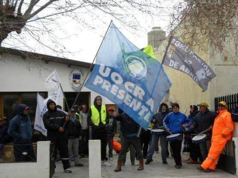 Integrantes de la Agrupacion 22 Abril se manifestaron frente al Concejo Deliberante