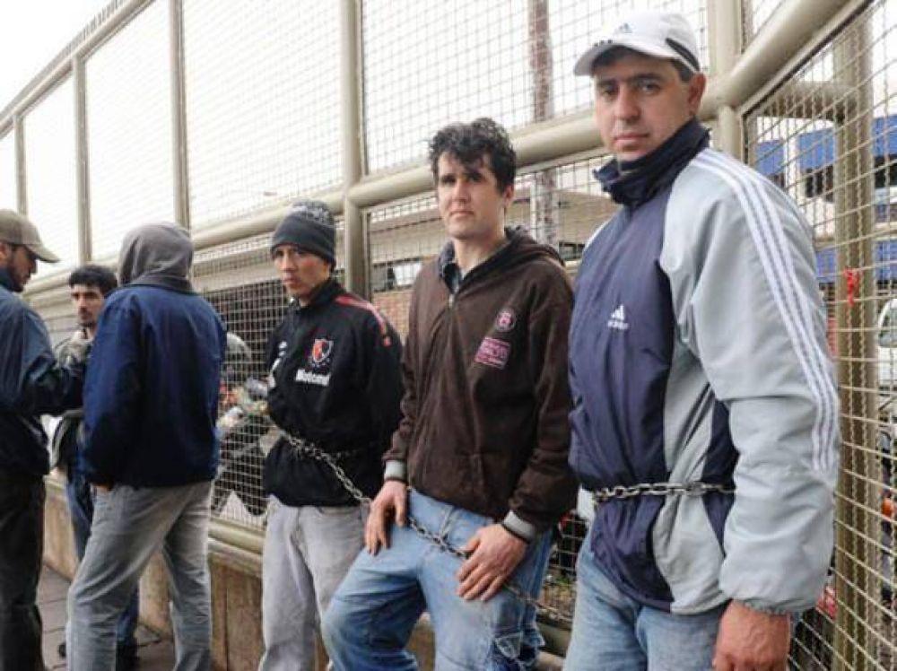 Trabajadores se encadenan por despidos en JBS Swift