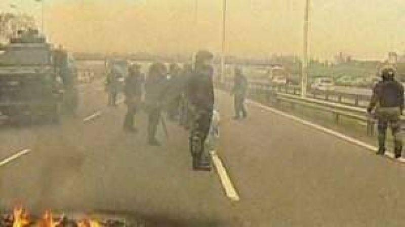 Municipales de Morón cortaron Autopista del Oeste en reclamo de mejoras salariales
