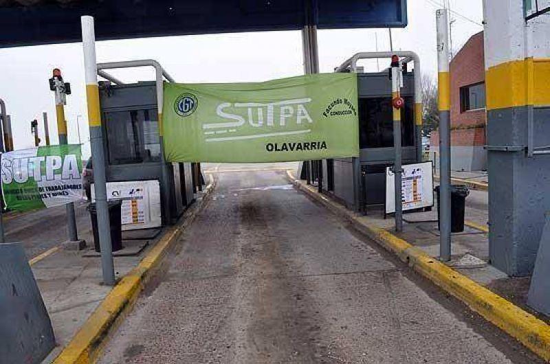 Por el paro de trabajadores, levantan las barreras en el Peaje de Hinojo