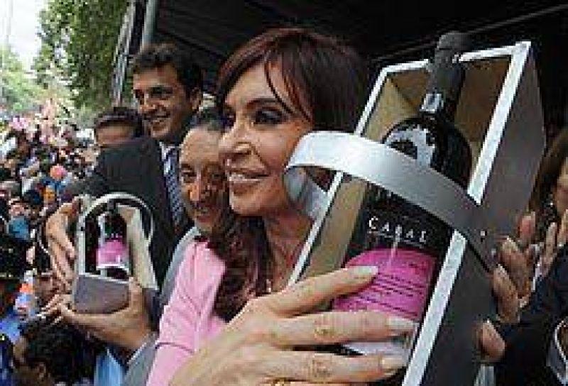 En Mendoza, Cristina confirm� la reducci�n del 50% a las retenciones vitivin�colas y no se cruz� con Cobos