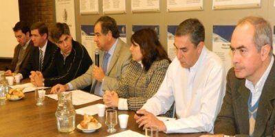 Piden a funcionarios nacionales acompañar proyecto radical referido a la crisis olivícola