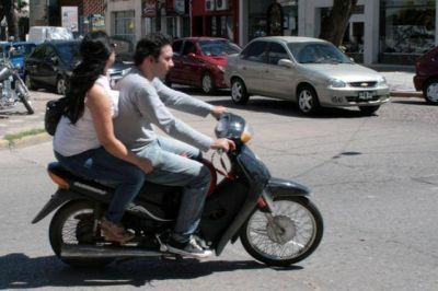 Modifican el proyecto para prohibir venta de naftas a motociclistas sin casco