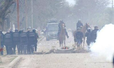 La policía afirma que diez efectivos fueron heridos y dos civiles detenidos