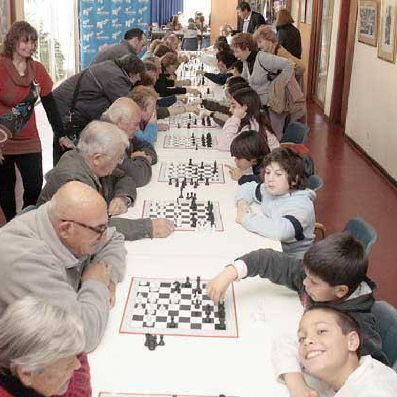 Emotivo y nutrido encuentro de ajedrez entre niños y ancianos