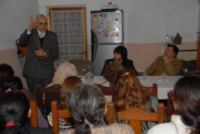 Profesionales de la mesa local contra la violencia familiar concientizan por los barrios