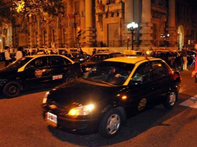 Los taxistas marchan al Concejo y lanzan paros nocturnos de tres días