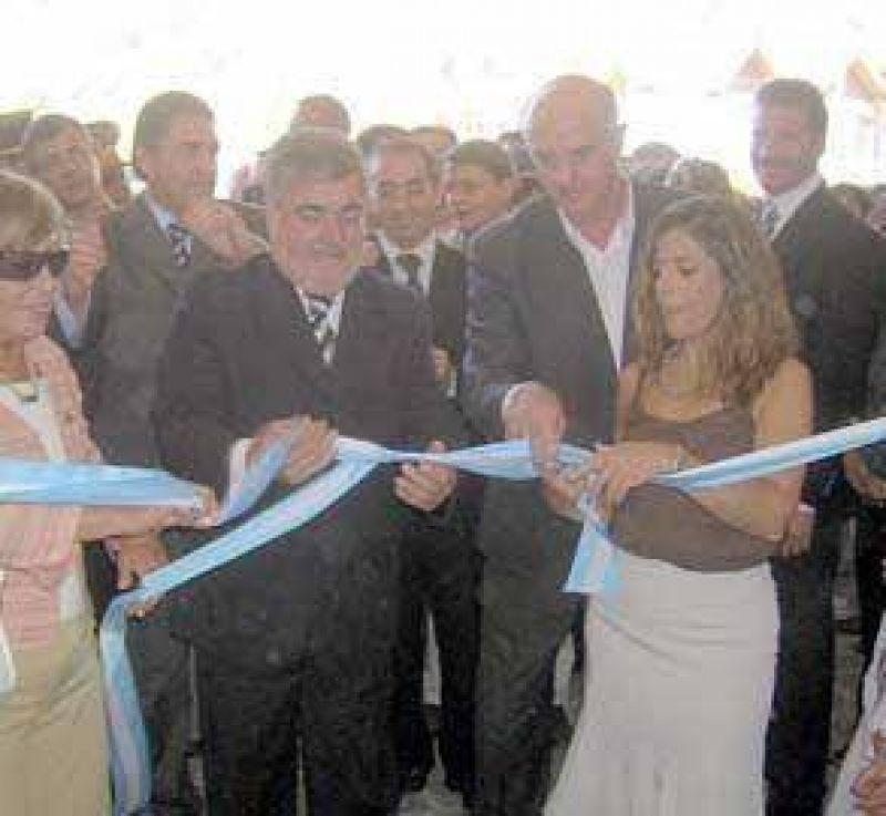 Millonarias obras escolares fueron inauguradas por Das Neves.
