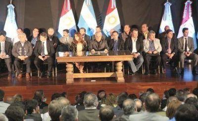 Intendentes del PJ y la oposición avalaron el convenio propuesto por De la Sota