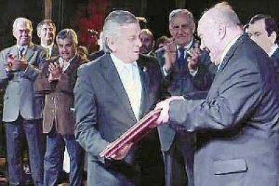 Infante entregó un reconocimiento al jefe comunal de Ojo de Agua
