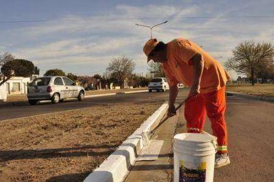 El EMHSU está pintando los cordones de la avenida Perón