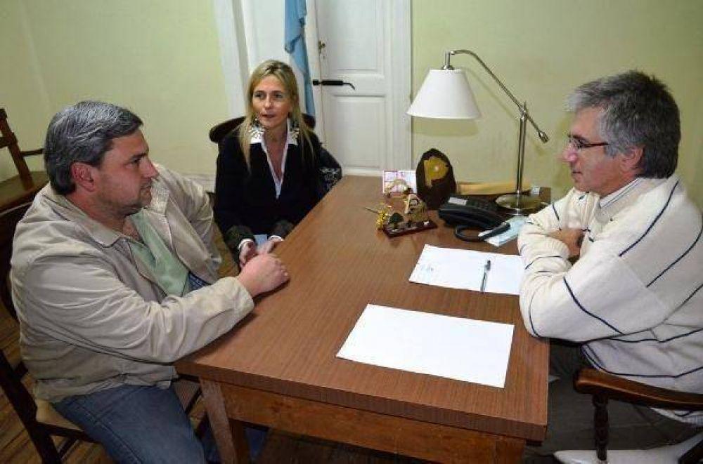 Armendáriz entregó aporte para la refacción de la biblioteca de la Escuela 1