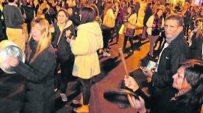 Cacerolazos en barrios porteños durante el discurso presidencial