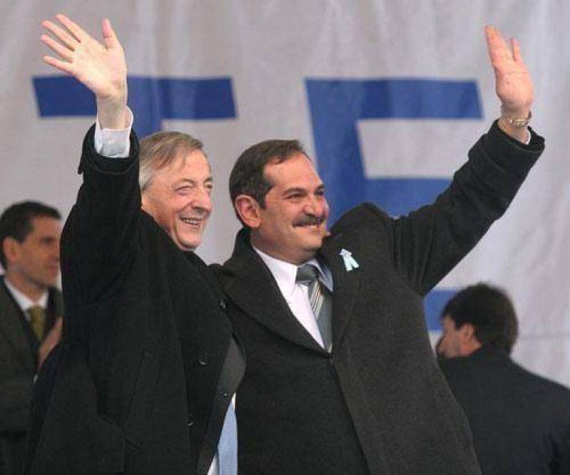 Intendentes del PJ analizan si es bueno o malo que venga Kirchner.