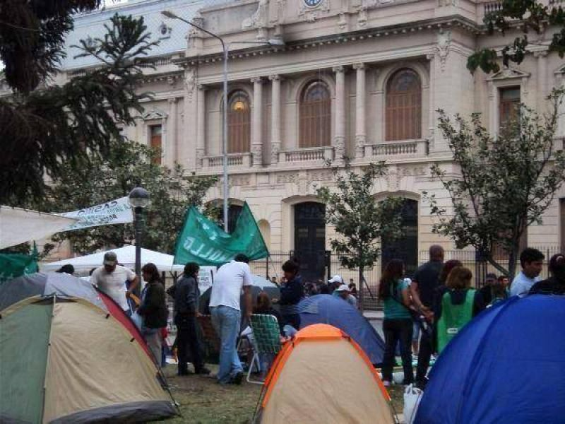 Tras la represi�n: manifestantes de ATE Jujuy realizan un acampe a la espera de respuestas del gobierno provincial