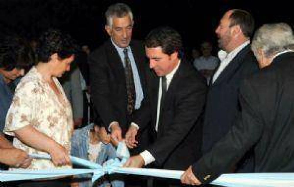 Rodríguez Saá cortó cintas en San Carlos y dijo que hará más obras en Mendoza