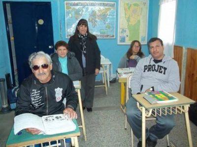Inclusión Social: Brindan un taller de alfabetización para beneficiarios del Plan