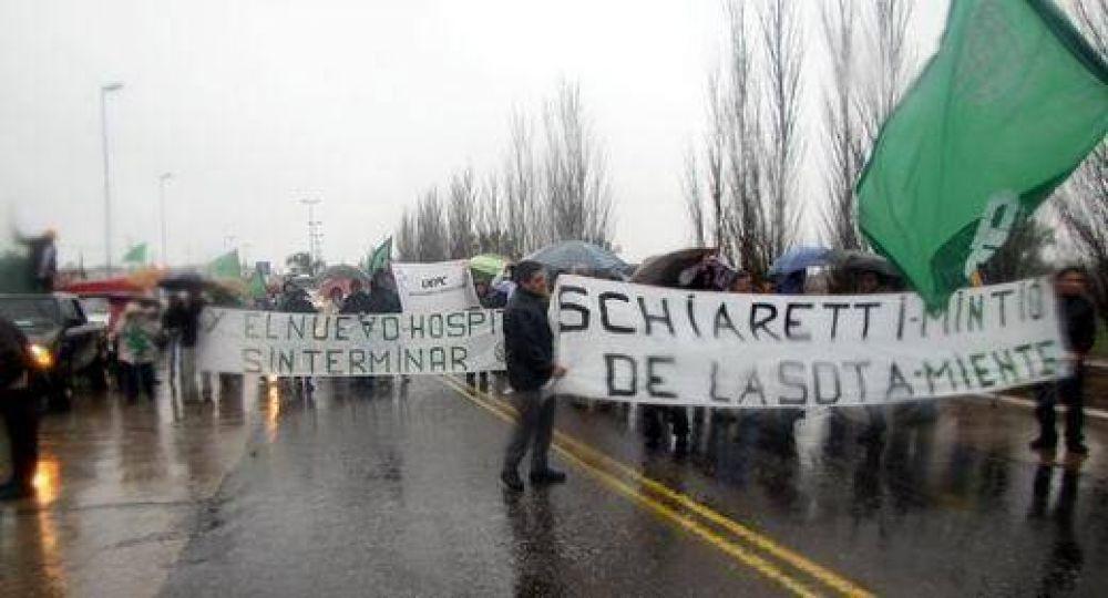 Bajo la lluvia, ATE reclamó el reinicio de las obras del nuevo Hospital Pasteur