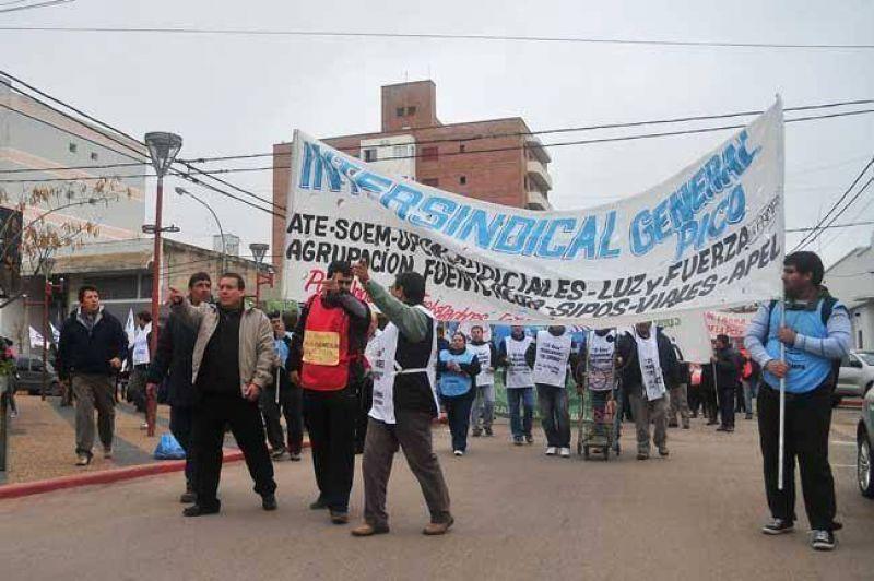Un centenar de trabajadores Estatales marcharon por las calles de la ciudad