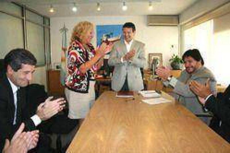 Junto al PAMI: La Intendenta Giroldi firmó un importante convenio para equipar la sala de Terapia Intensiva del Hospital