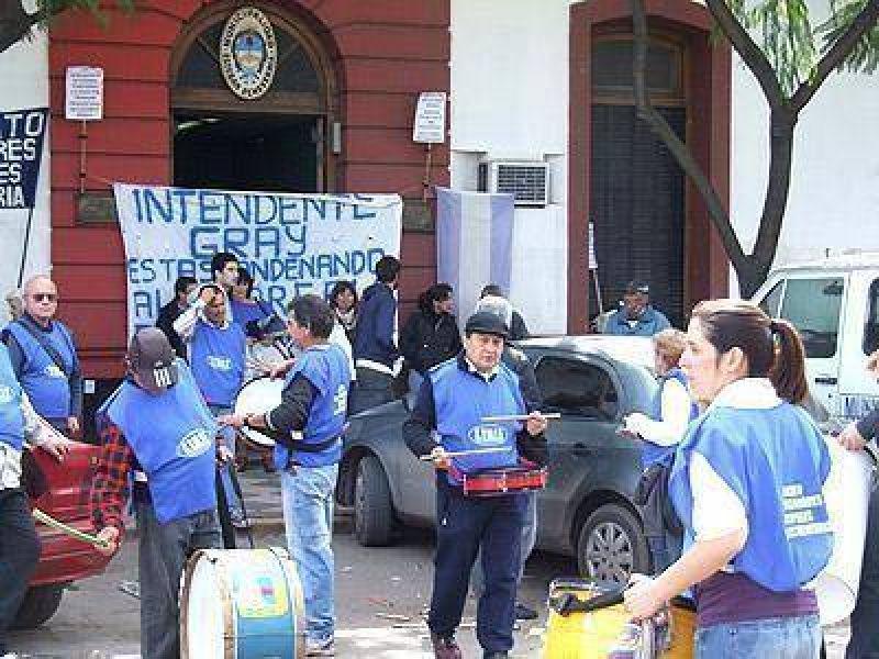 Echeverria: Municipales se movilizaron por el pago de horas extra