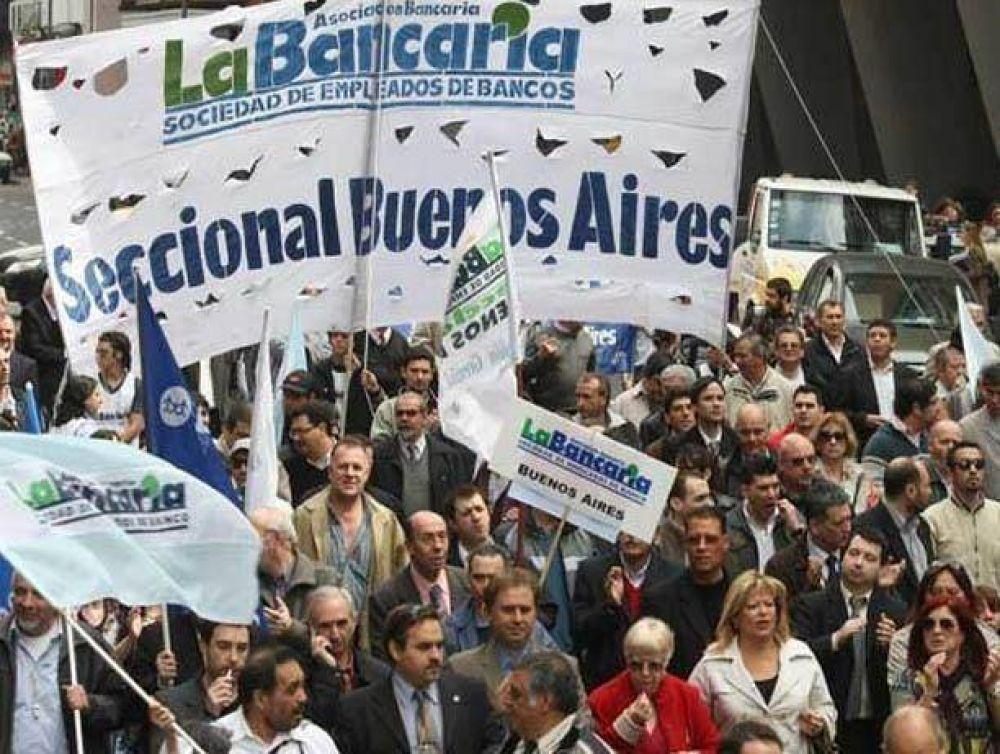 Los bancarios evalúan extender protesta por adicionales a todo el país