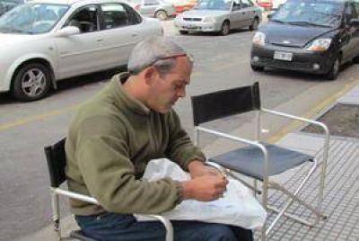Reclamó sentado en la vereda porque la Municipalidad no le paga