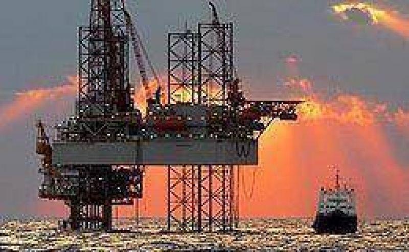 El petróleo cayó 7,4%