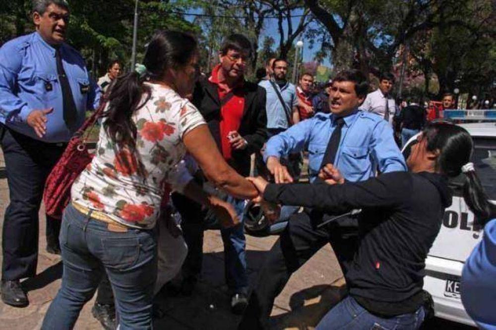 Incidentes frente a Casa de Gobierno dejaron manifestantes y policías heridos