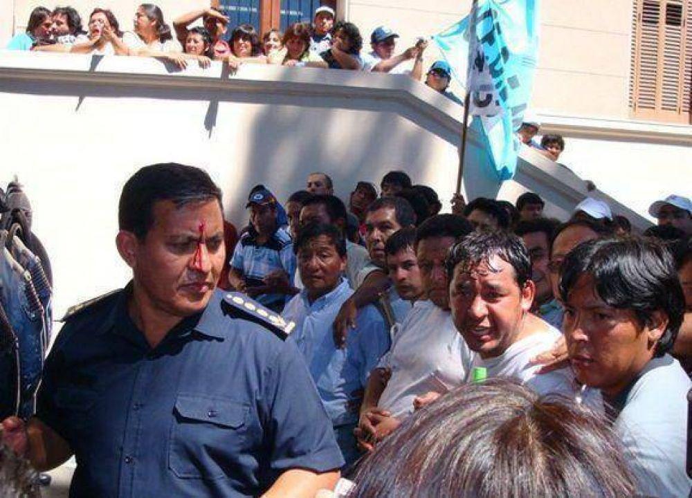 Estatales agredieron al sub jefe de policia de la provincia.