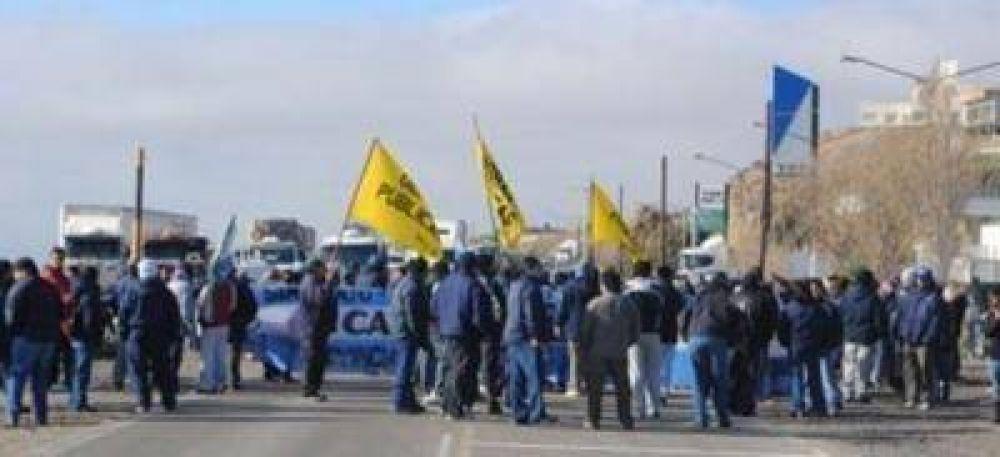 Santa Cruz: estatales cortaron rutas para reclamar a Peralta el pago de sueldos