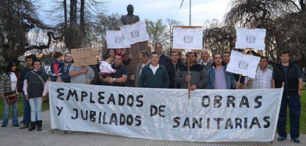 Empleados de Obras Sanitarias reclamaron frente al Municipio