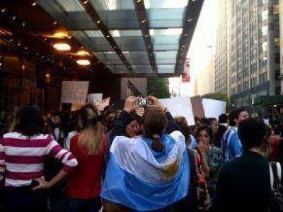 Un grupo de argentinos protestó contra el Gobierno en Nueva York
