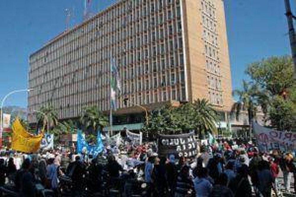 Sectores gremiales y sociales se movilizaron por mejoras salariales y despenalización de las protestas