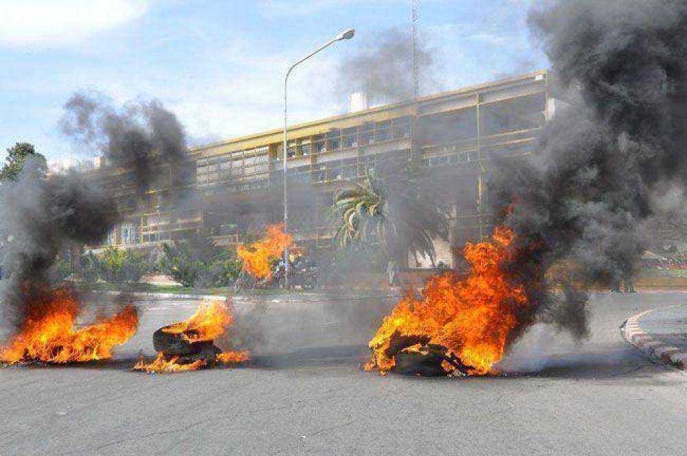 La movilización a Casa de Gobierno fue importante y cerraron con quema de gomas