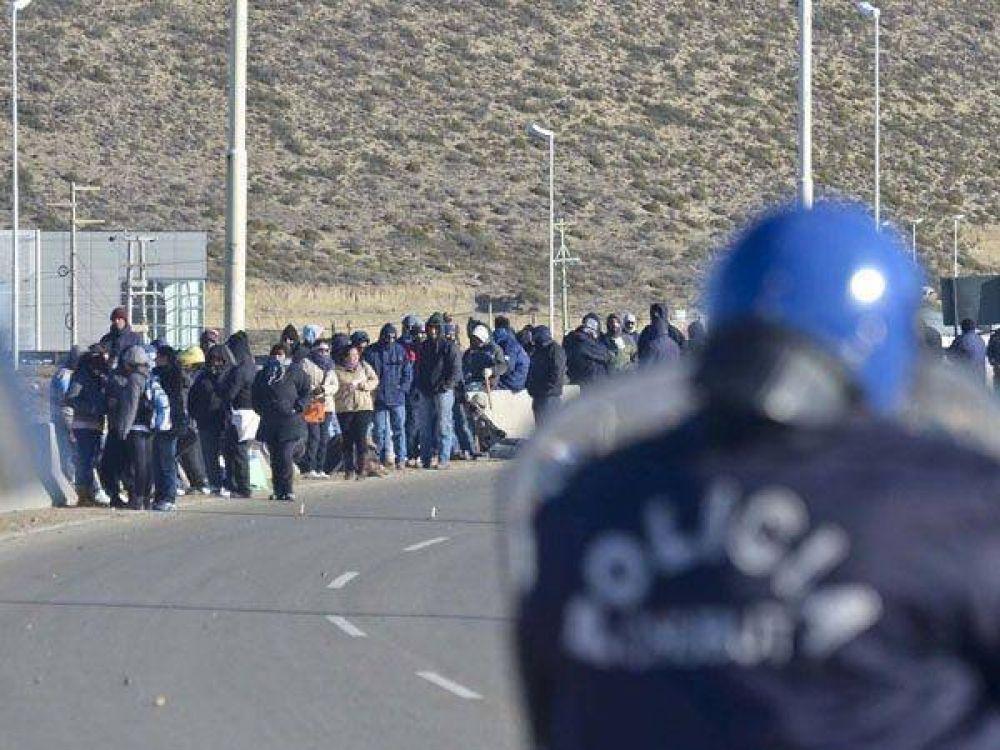 """Tensión en Chubut: los """"Dragones"""" cortan el acceso a un yacimiento"""
