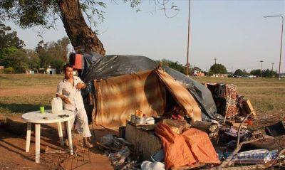 Hace tres meses vive con su familia bajo un �rbol agobiado por las deudas