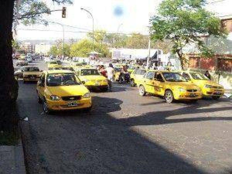 Un verdadero caos: taxistas de San Salvador de Jujuy cortaron calles y puentes por más de 5 horas