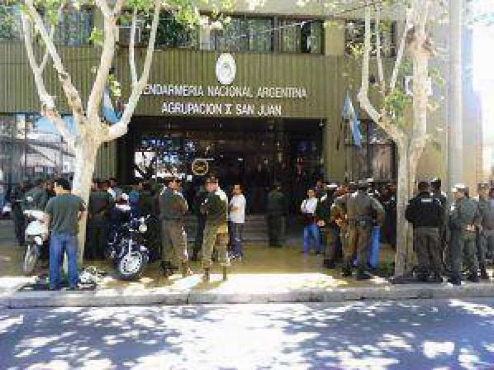 Gendarmes marcharon pacíficamente a la Plaza 25