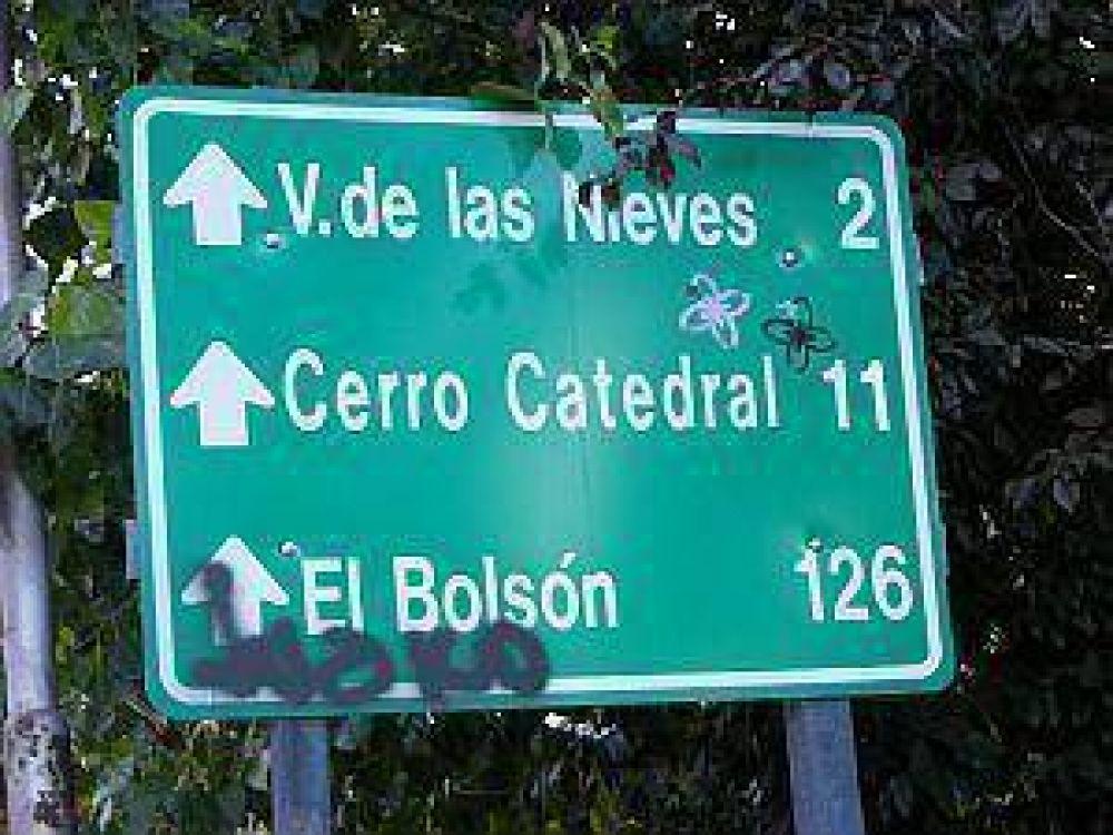 Destruir señales es delito, aunque en Bariloche no hay una sola persona detenida por hacerlo.