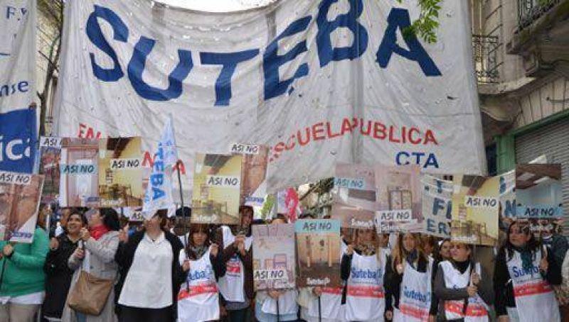 Una delegación del Suteba Mercedes estuvo presente en la movilización a Casa de la Provincia