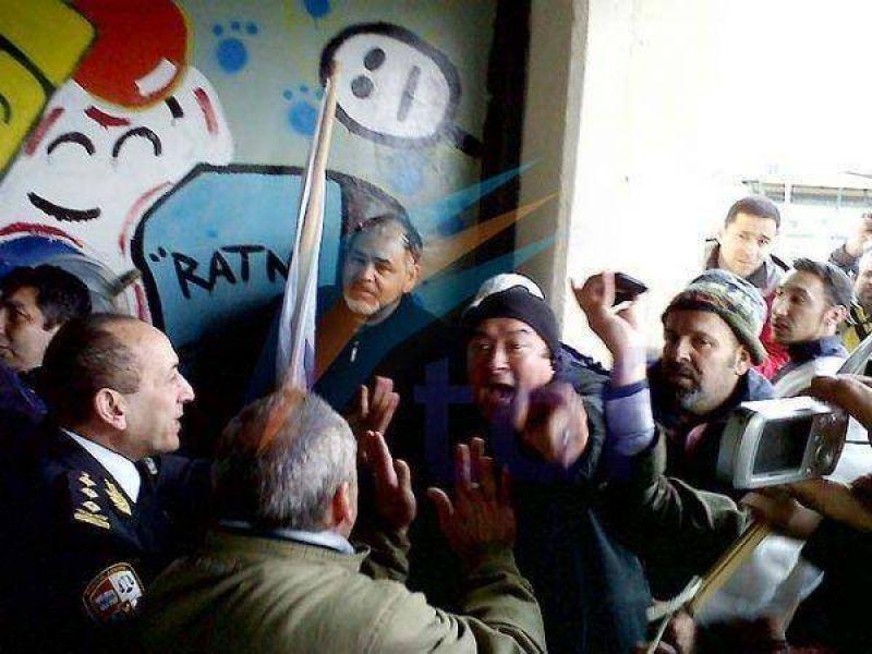 ATE trat� de ingresar a la sesi�n en Tolhuin y se enfrent� a la Polic�a