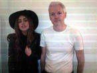 Lady Gaga cena con Assange en Londres