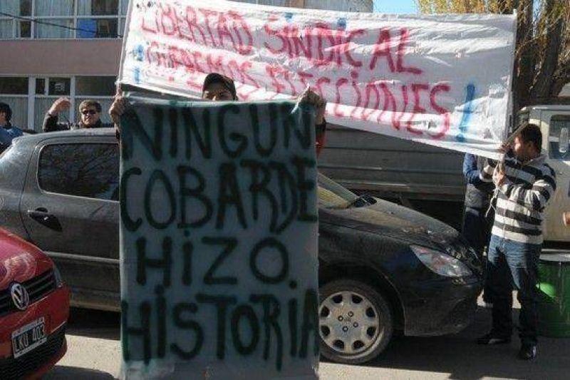 Petroleros reclamaron frente a la Casa de Gobierno