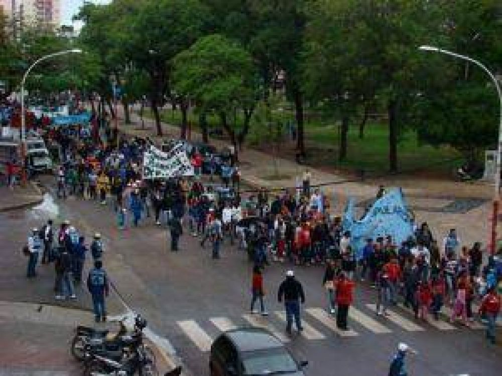 La protesta de CTA y otros sectores instaló piquetes en calles, rutas y el puente Belgrano
