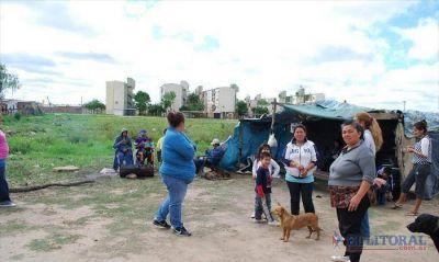 La Chola: Municipio apura gestiones por las viviendas mientras sigue el acampe