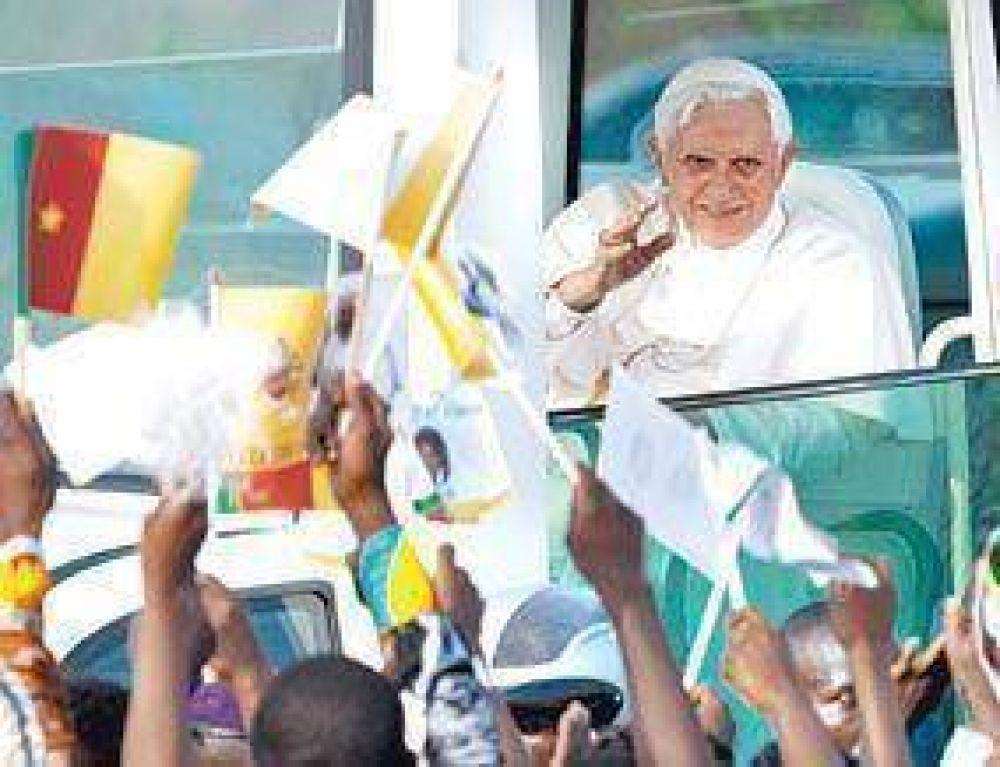En Africa, el Papa rechazó el uso del preservativo contra el sida