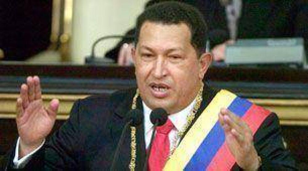 El presidente de Venezuela, Hugo Chávez, lanza