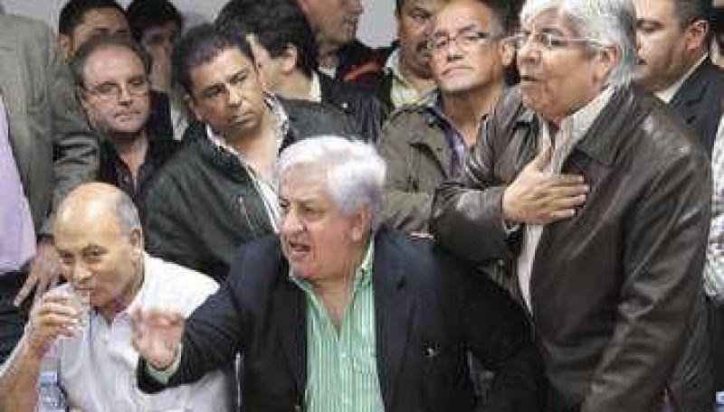 """Moyano acusó a Recalde de ser """"servil"""" al Gobierno y el diputado se fue de la CGT"""