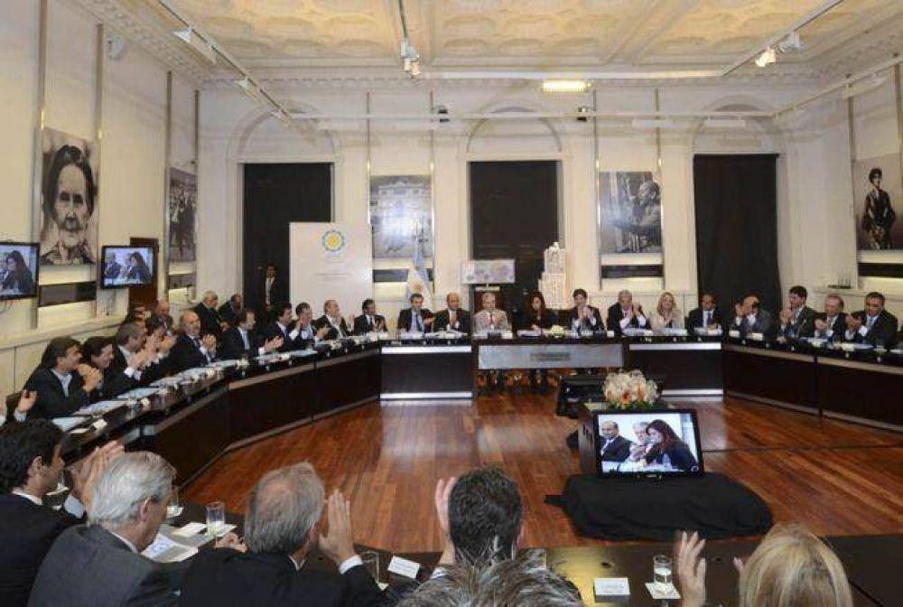 Cristina puenteo a Scioli y prometió a intendentes 9000 millones en obras